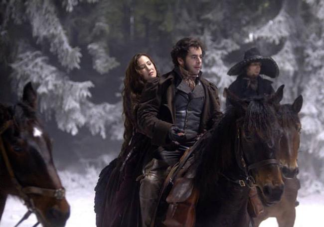 A atriz Emma Watson em sua brevíssima aparição no primeiro teaser trailer  de 'A Bela