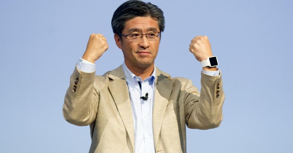 3set2014---o-presidente-e-diretor-executivo-da-sony-mobile-communications-kunimasa-suzuki-apresenta-os-novos-smartwatches-da-fabricante-durante-um-evento-previo-ao-inicio-da-ifa-a-feira-de-1409772128062_956x500